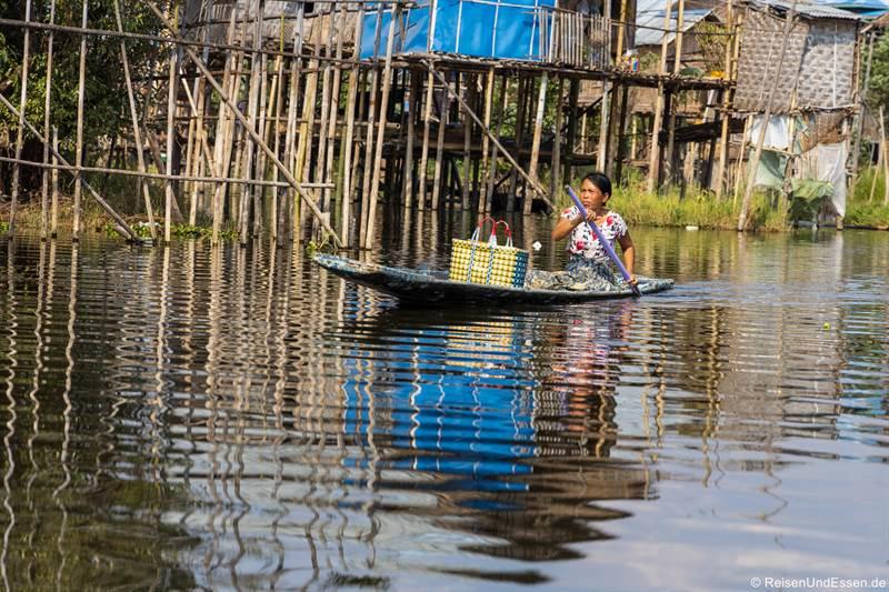 Frau im Boot auf dem Inle-See
