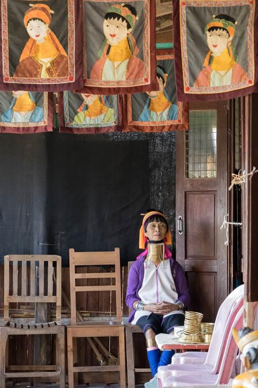Langhalsfrau wartet auf Touristen