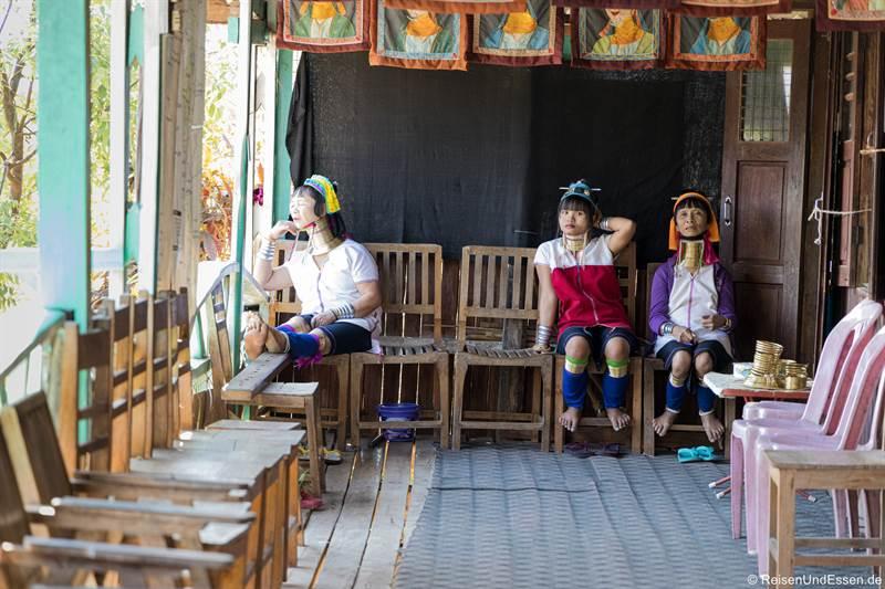 Langhalsfrauen warten auf Touristen