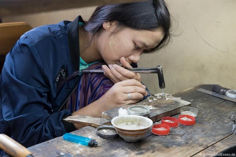 Burmesin bei der Verarbeitung von Silber