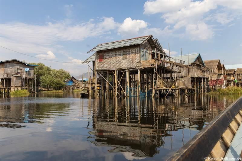 Fahrt mit dem Langboot bei den Häuser auf Stelzen am Inle-See