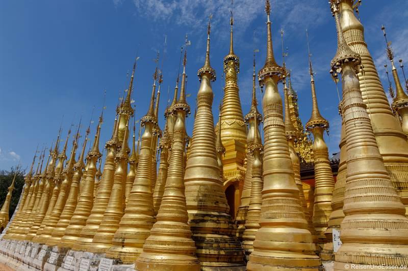Goldene Stelen in der Shwe Inn Dein Pagode