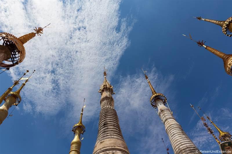 Blick in den Himmel mit den Stelen in der Shwe Inn Dein Pagode