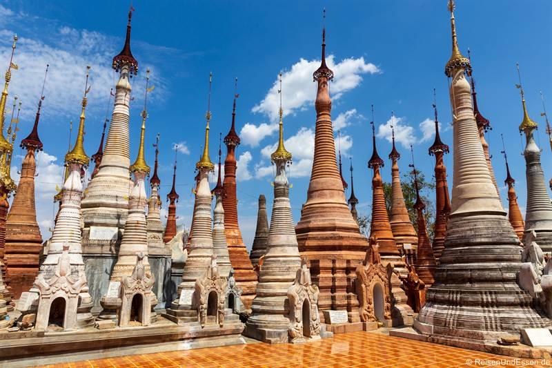 Stelen in der Shwe Inn Dein Pagode