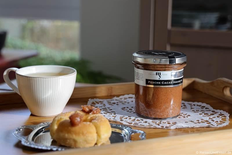Dessert mit Pfirsiche, Kakao und Makronen aus Langhe und Tee