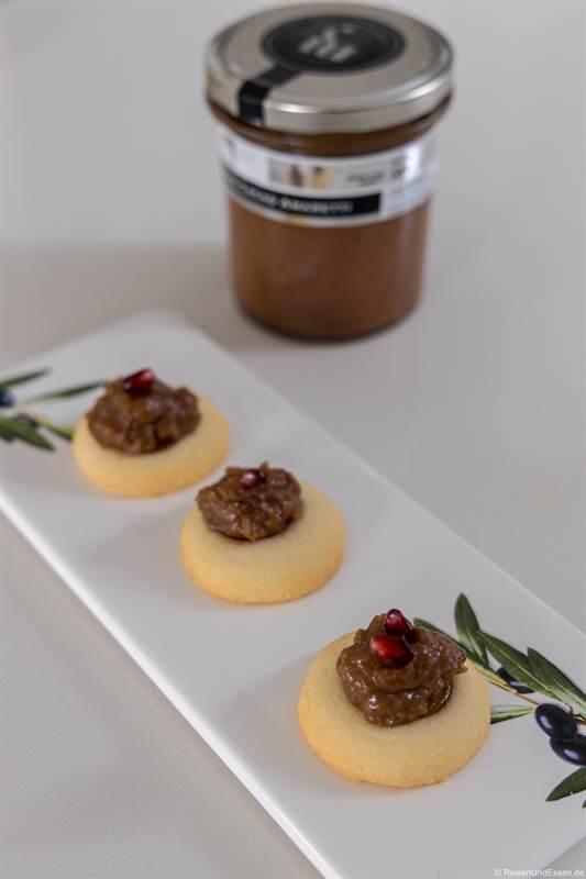 Dessert mit Pfirsiche, Kakao und Makronen aus Langhe