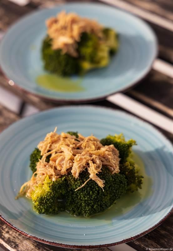 Kapaun mit Trüffel auf Brokkoli