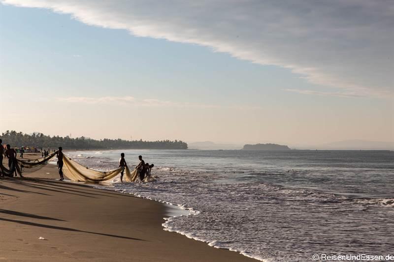 Fischer am Strand von Nwge Saung in Myanmar