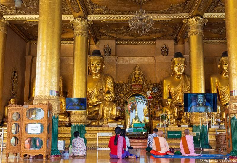 Buddhas in der Shwedagon Pagode in Yangon