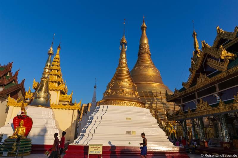 Stupas in der Shwedagon Pagode - Sehenswürdigkeiten in Yangon