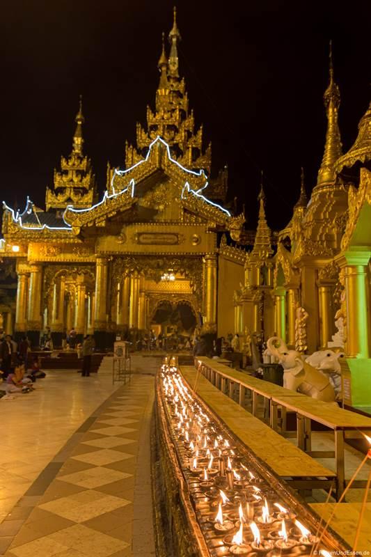 Kerzen in der Shwedagon Pagode in Yangon