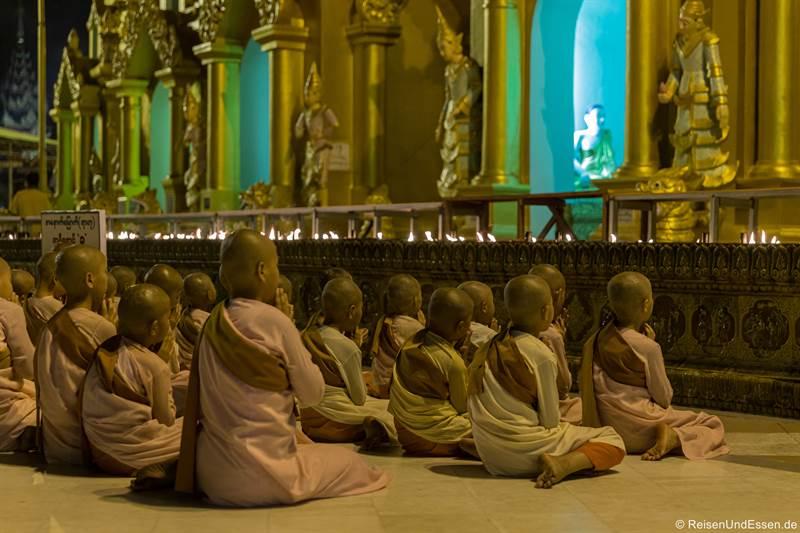 Novizen nach Sonnenuntergang in der Shwedagon Pagode in Rangun
