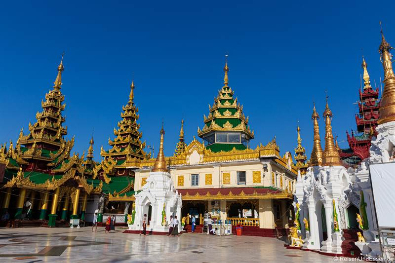 Stupas und Schreine in der Shwedagon Pagode