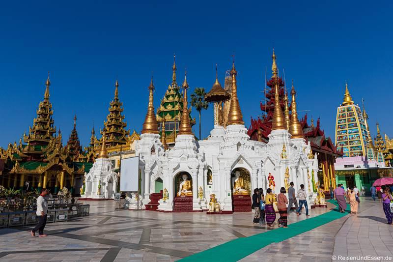 Stupas und Schreine in der Shwedagon Pagode in Rangun