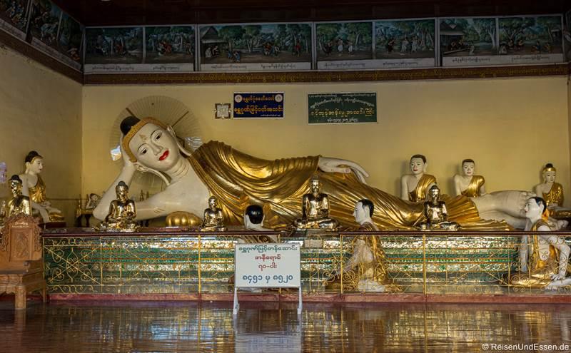 Liegender Buddha in der Shwedagon Pagode in Yangon