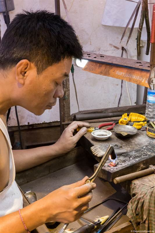 Handwerk im Bogyoke Aung San in Yangon
