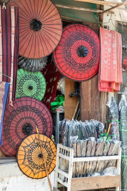 Schirme im Bogyoke Aung San in Yangon