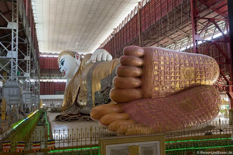 Füße vom liegenden Buddha in der Chauk Htat Kyi Pagode