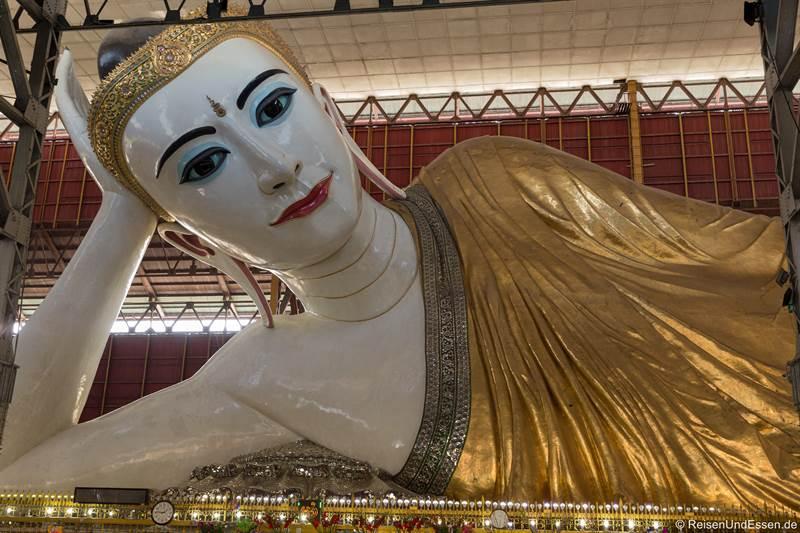 Liegender Buddha im Chaukhtatgyi Tempel in Yangon