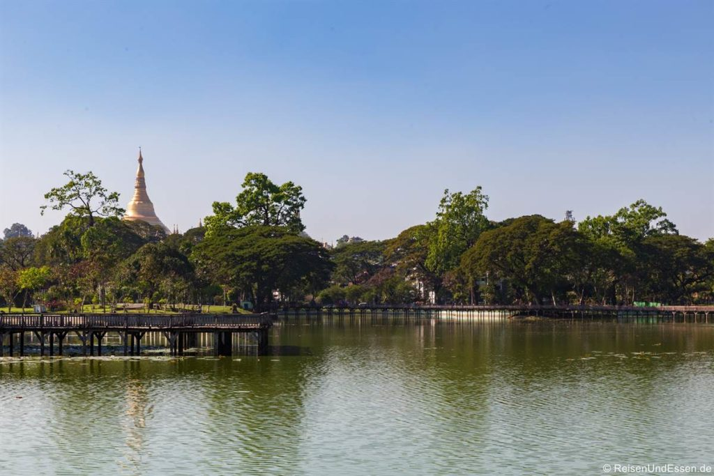 Shwegadon Pagode vom Kandawgyi See in Yangon