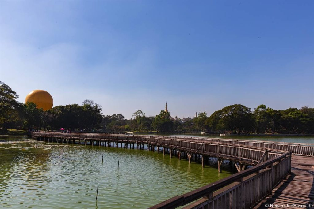 Steg im Kandawgyi See in Yangon