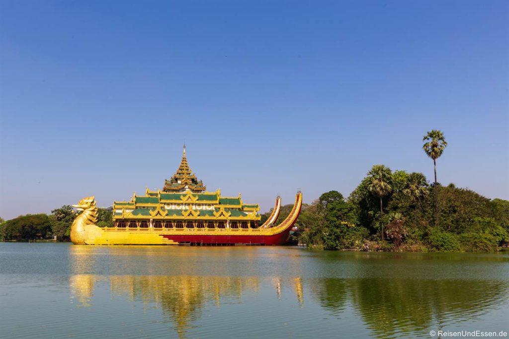 Karaweik Palast im Kandawgyi See in Yangon