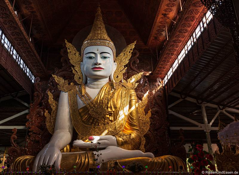Sitzender Buddha im Ngahtatgyi Tempel in Yangon
