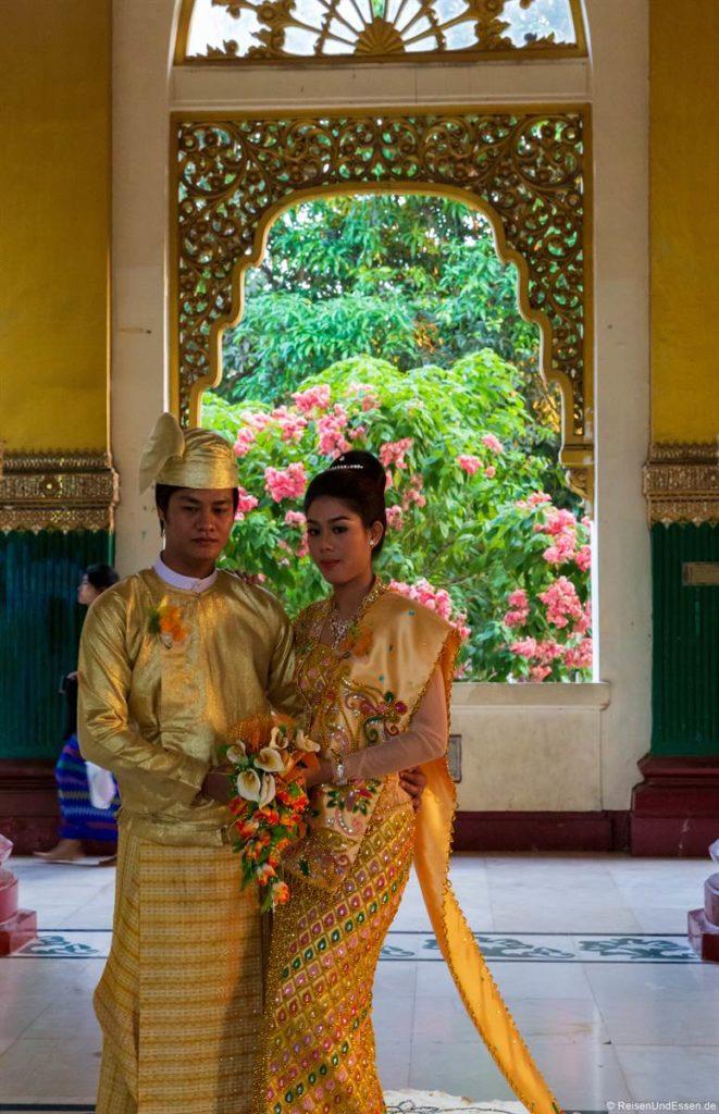 Burmesisches Paar beim Theingottara Park in Yangon