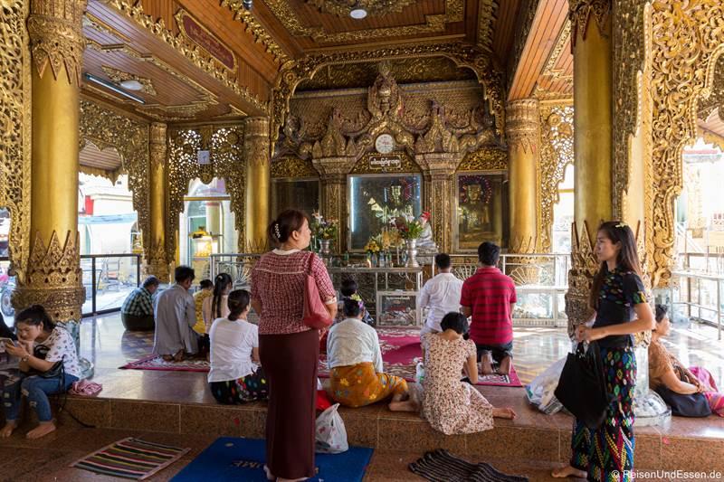 Halle zum Gebet in der Sule Pagode in Yangon