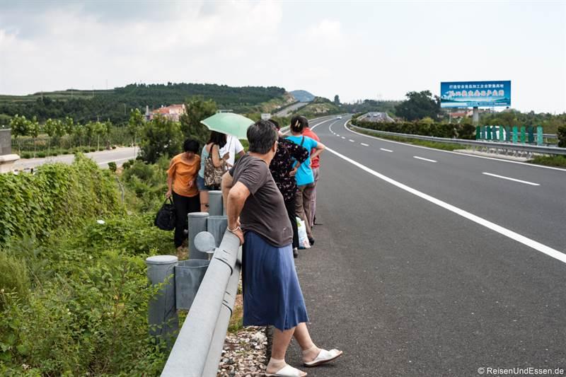 Warten auf den Liegebus an der Autobahn