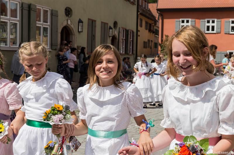 Mädchen in weißen Kleidern bei der Kinderzeche
