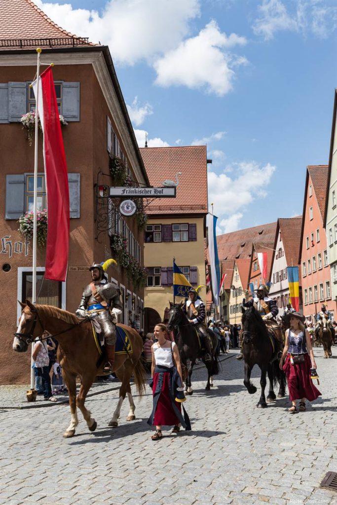 Pferde und Reiter bei der Kinderzeche in Dinkelsbühl