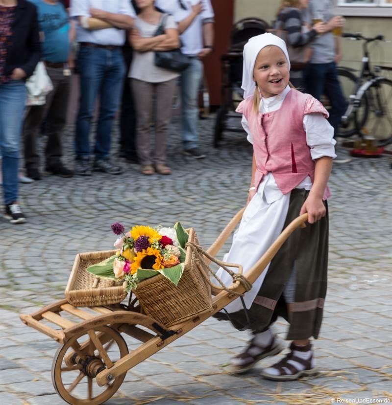 Mädchen mit Schubkarre bei der Kinderzeche