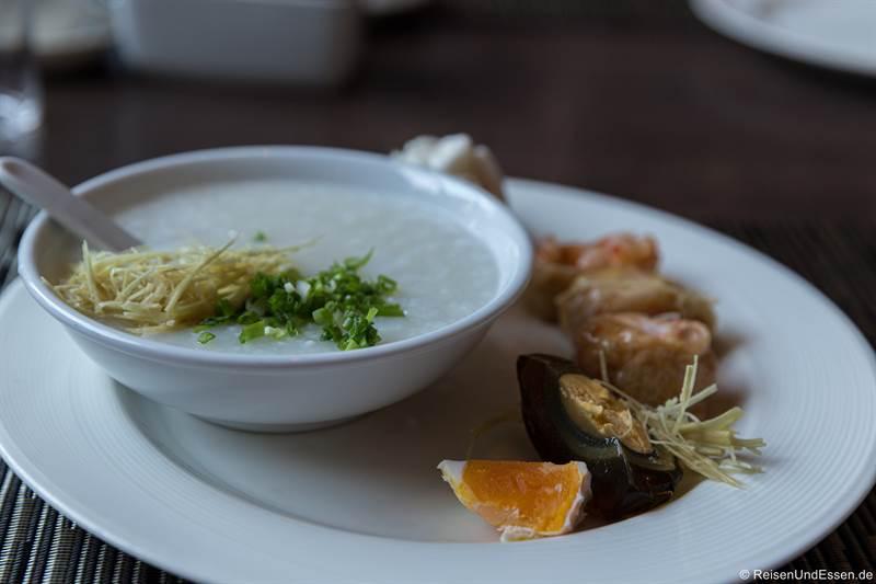 Asiatischer Brei zum Frühstück im Chatrium Hotel Yangon