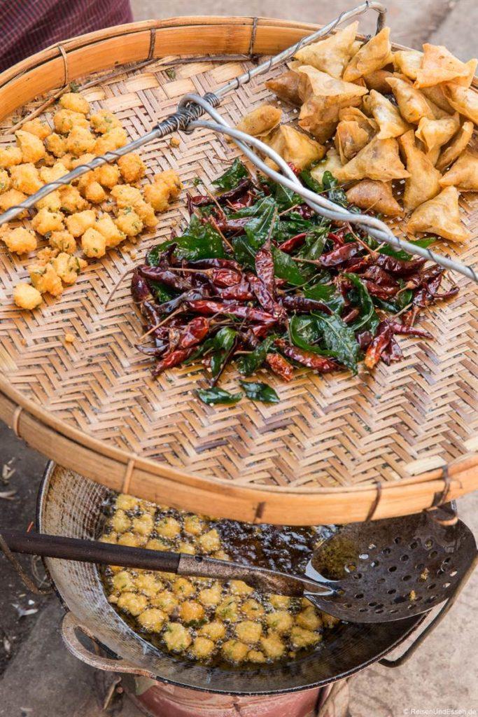 Frittiertes Essen in Yangon an der Straße