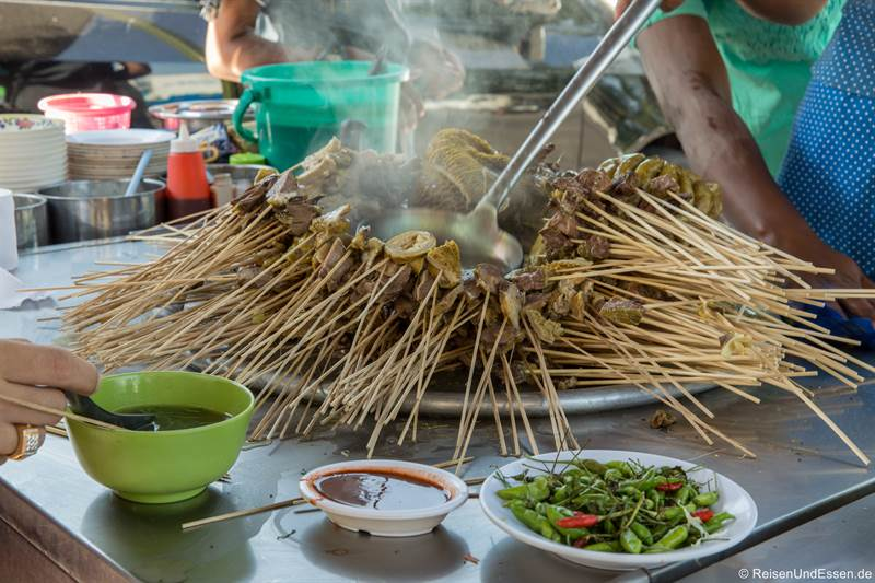 Spieße an einem Essensstand in Yangon