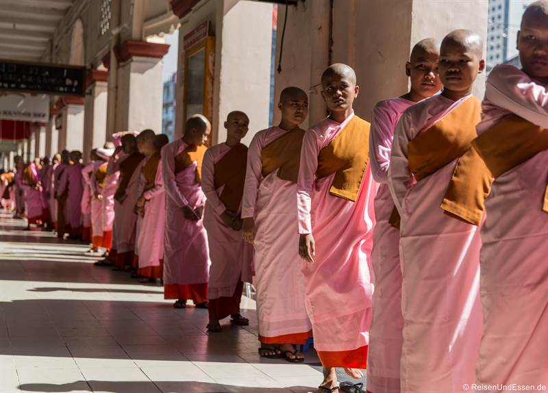 Novizen in Yangon in der Nähe vom Bogyoke Aung San Markt
