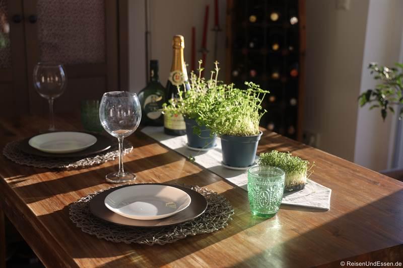Tisch mit Dekoration für das Silvestermenü 2020