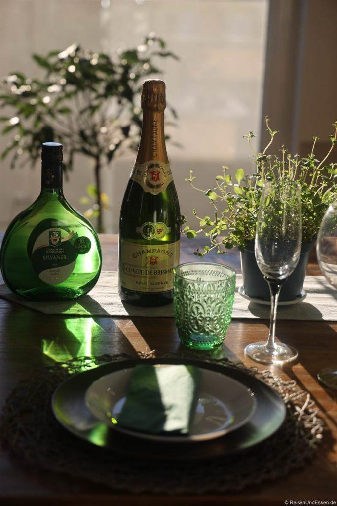 Tisch mit Champagner für Silvester-Dinner 2020