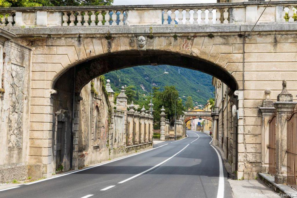 Torbogen an der Straße durch Bogliaco am Gardasee