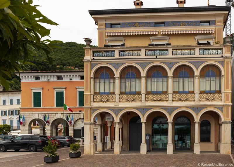 Gebäude am Hafen in Gargnano am Gardasee