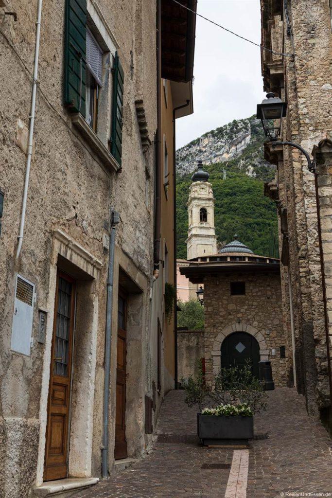 Gasse und Kirche in Gargnano am Gardasee