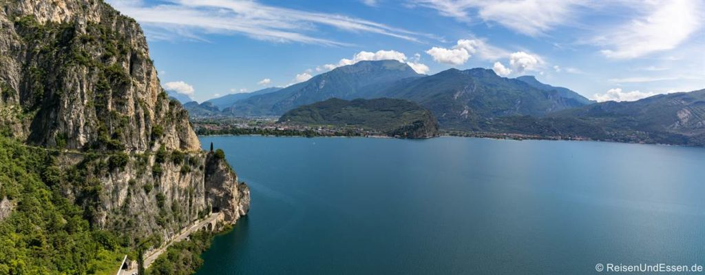 Panorama mit Ponalestraße, Gardasee und Riva del Garda