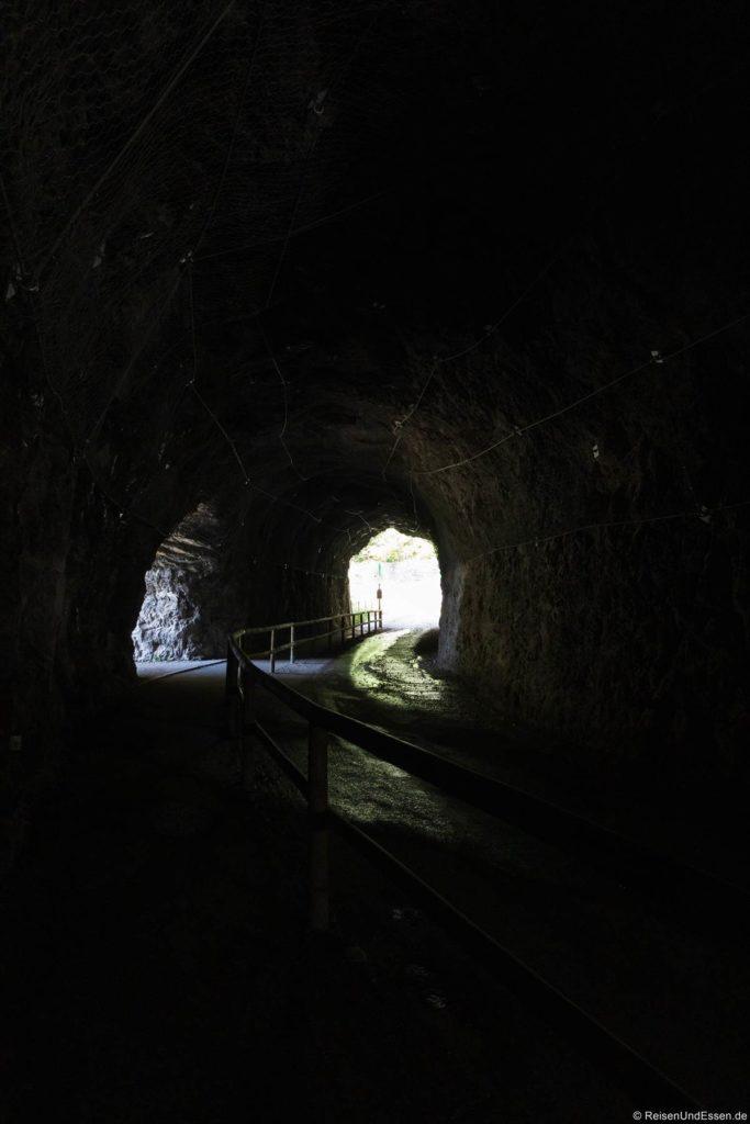 Tunnel auf der Ponalestraße mit Trennung für Wanderer und Mountainbiker