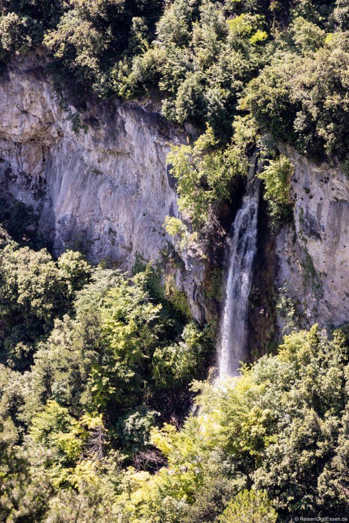 Wasserfall beim Restaurant Ponale Alto Belvedere an der Ponalestraße