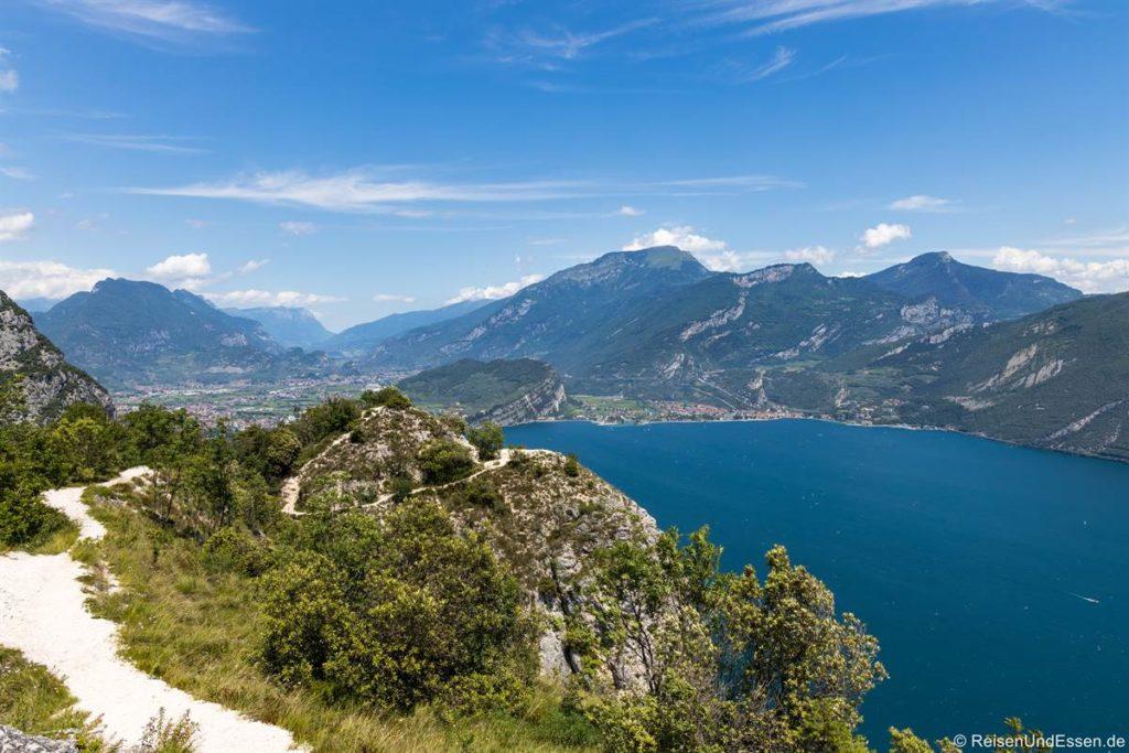 Aussichtspunkt bei Pregasina auf den Gardasee in Richtung Riva del Garda - Wanderung auf der Ponalestraße