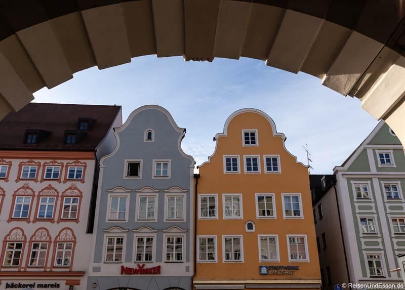 Blick von den Arkaden auf die Häuser in der Altstadt