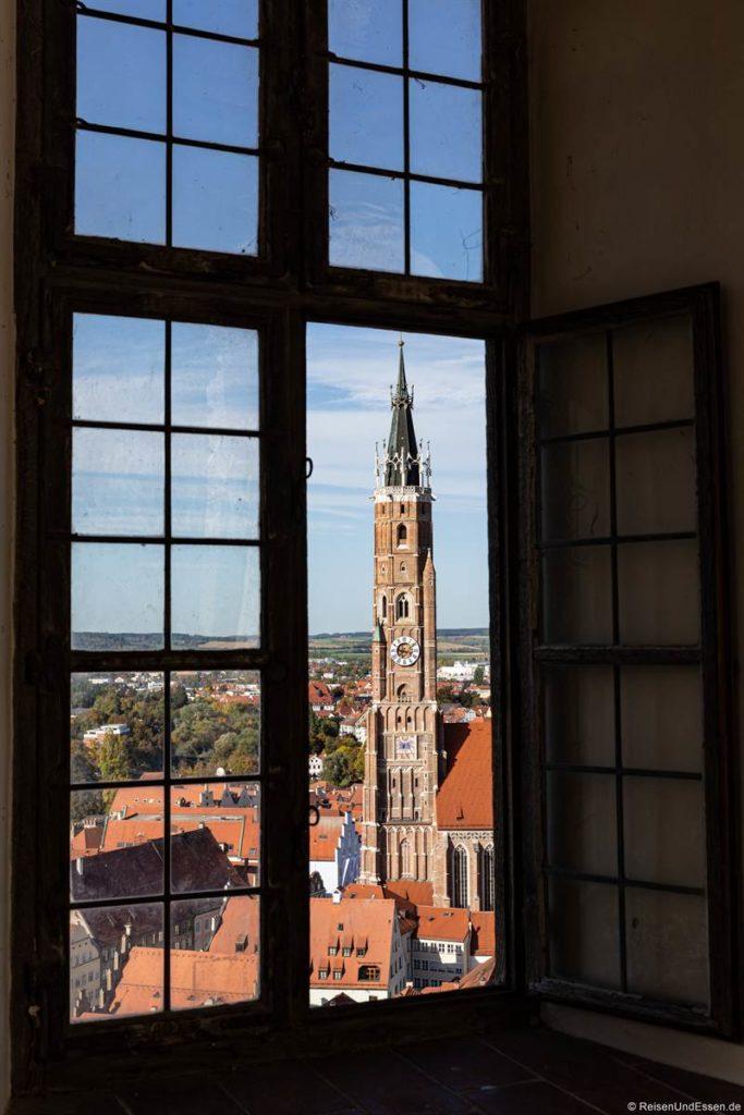 Blick durch das Fenster auf die Stiftsbasilika St. Martin