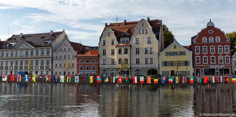 Flaggen an der Isargestade in Landshut