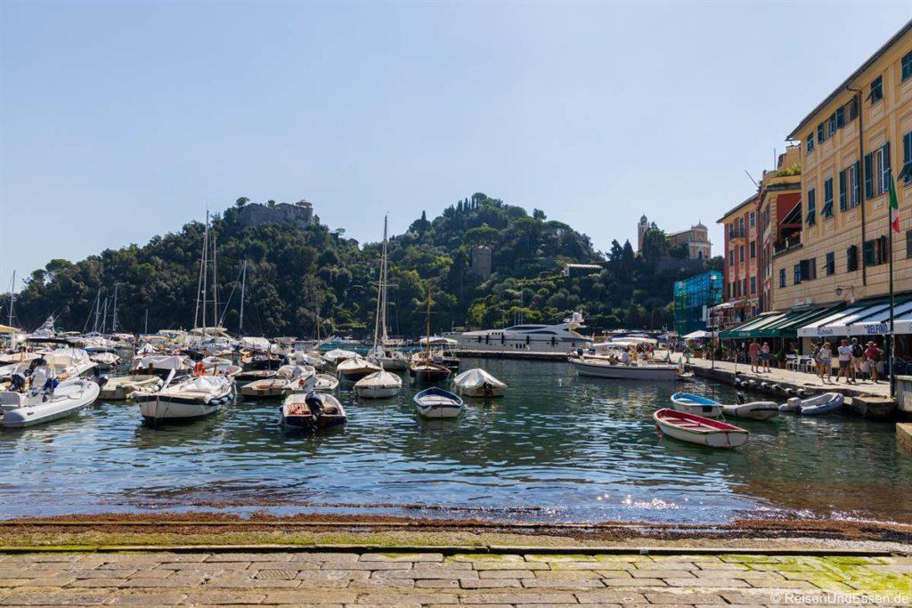 Blick vom Hafen zum Castello Brown
